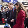 """Le prince William et Kate Middleton, parfaite dans un manteau LK Bennett, rencontrent les bénévoles du """"London Poppy Day"""" à Londres. Le 7 novembre 2013"""