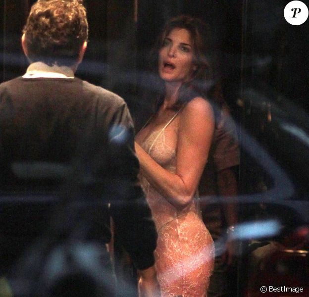 Exclusif - Stephanie Seymour, 45 ans, sublime en nuisette lors d'essayages dans une boutique Agent provocateur, en présence de son mari Peter Brant. Milan, le 22 octobre 2013.