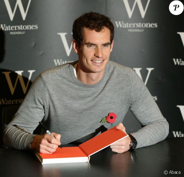 """Andy Murray lors d'une séance de dédicaces de son livre """"Seventy-Seven: My Road To Wimbledon Glory"""" chez Waterstones sur Piccadilly à Londres, le 6 novembre 2013"""