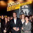Jean Dujardin aux côtés des femmes commissaires à la PJ parisienne lors de la remise du prix polar Quai des Orfèvres 2014 à Hervé Jourdain, capitaine à la Crim', pour son livre Le sang de la trahison, à Paris, le 12 novembre 2013.