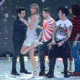 Taylor Swift et les membres du groupe Fall Out Boy lors du défilé Victoria's Secret 2013 à la 69th Regiment Armory. New York, le 13 novembre 2013.