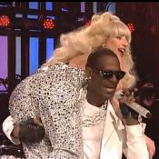 Lady Gaga vautrée sur R. Kelly au Saturday Night Live : Un grand moment de folie