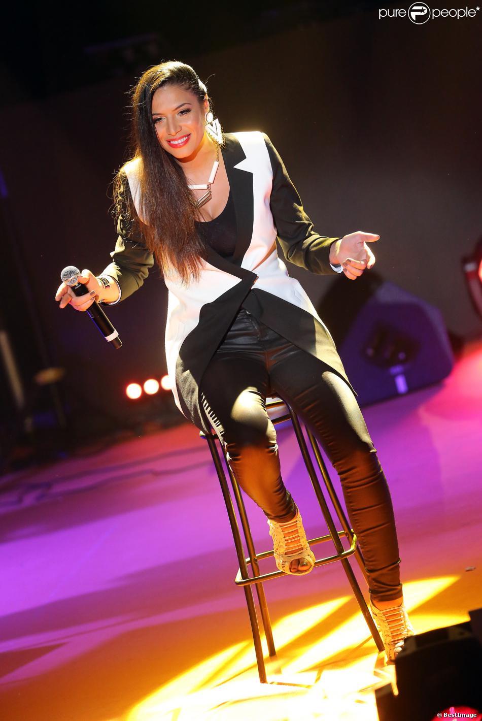 Zaho reçoit le prix de meilleure artiste féminine à la cérémonie des Trace Urban Music Awards 2013, à Paris, le 14 mai 2013.
