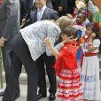 """Le prince Felipe et la princesse Letizia d'Espagne ont visité l'école """"K8 Coral Way"""" à Miami, le 19 novembre 2013."""