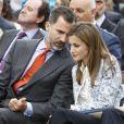"""Le prince Felipe et la princesse Letizia d'Espagne, complices, ont visité l'école bilingue """"K8 Coral Way"""" à Miami, le 19 novembre 2013."""