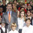 """Le prince Felipe et sa femme la princesse Letizia d'Espagne ont visité l'école bilingue """"K8 Coral Way"""" à Miami, le 19 novembre 2013."""