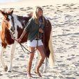 Kate Upton en bonne compagnie a passé le samedi 23 novembre sur la plage de Malibu pour un shooting photo