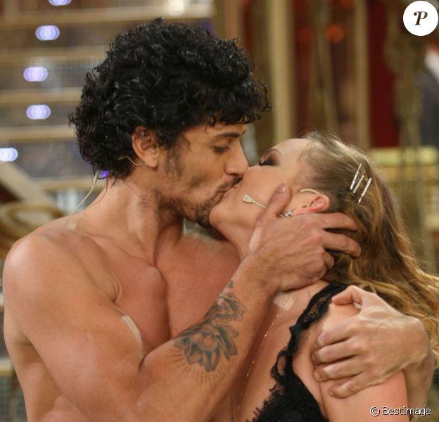 Jesus Luz embrasse sa partenaire Agnese Junkure à l'issue de leur représentation sur le plateau de l'émission Ballando con le Stelle, version italienne de Danse avec les Stars. Rome, le 23 novembre 2013.
