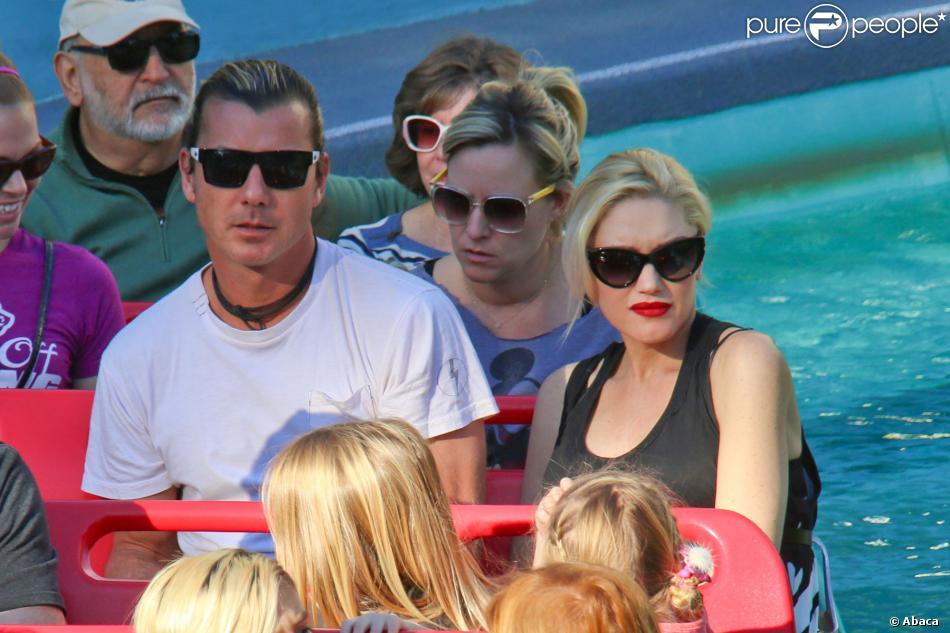 Gwen Stefani, enceinte, son mari Gavin Rossdale et leurs deux enfants Kingston et Zuma dans l'attraction It's a Small World à Disneyland. Anaheim, le 25 novembre 2013.