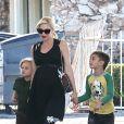 Gwen Stefani, son mari et leurs deux garçons Kingston et Zuma s'arrêtent à une station essence, avant de se rendre à Disneyland. Anaheim, le 25 novembre 2013.