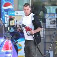 Gavin Rossdale fait le plein de sa Rolls-Royce avant de se rendre à Disneyland avec sa femme Gwen Stefani, enceinte, et leurs deux garçons. Anaheim, le 25 novembre 2013.