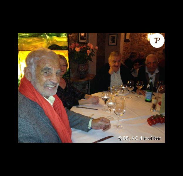 Jean-Paul Belmondo, son frère Alain, son ami Charles Gérard, Aldo Maccione ou encore Jeff Domenech étaient réunis le 29 novembre 2013 chez Mamo, au Michelangelo dans le Vieil-Antibes, à la veille des obsèques du réalisateur des Tontons Flingueurs. Photo A.C. pour Nice-Matin.