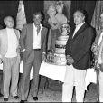 Jean-Paul Belmondo avec Michel Audiard et Georges Belmondo, en 1979 à Cannes.