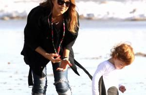 Jessica Alba : Détente à la plage, en amoureuse et tendre mère