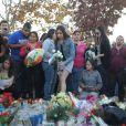 Des fans sont venus rendre hommage à Paul Walker sur le lieu de l'accident qui lui a couté la vie le 30 novembre 2013 à l'age de 40 ans, le 1er decembre 2013 à Valencia, en Californie