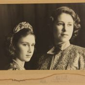 Elizabeth II en Aladdin avec Margaret : Photos candides des Noël de guerre