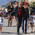 Johnny Hallyday, sa femme Laeticia et leurs filles Jade et Joy sur la plage à Malibu, le 9 novembre 2013.