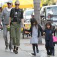Johnny Hallyday, sa femme Laeticia et leurs filles Jade et Joy se promènent dans leur quartier de Pacific Palisades à Los Angeles, le 15 février 2013.
