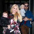 """"""" Jessica Simpson accompagnée de son amoureux Eric Johnson, ainsi que leurs enfants Ace et Maxwell, quittent l'hôtel Crosby à New York, le 6 décembre 2013.       """""""