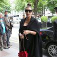 """Kim Kardashian (enceinte) et sa mère Kris Jenner sont allées déjeuner au George V avant de se rendre au studio de Karl Lagerfeld """"L7"""". Paris, le 22 mai 2013"""