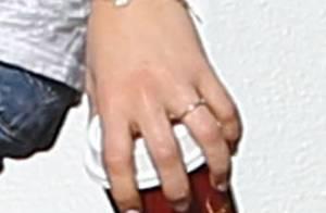 Mila Kunis fiancée à Ashton Kutcher ? Une bague sème le doute...