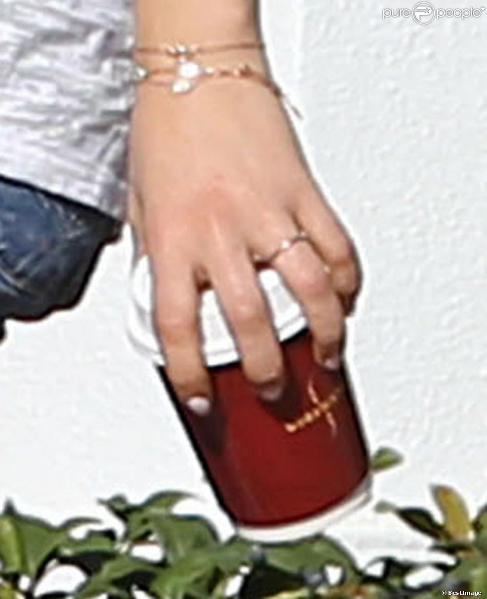 Exclusif - Mila Kunis porte une bague de fiançailles dans les rues de Saint-Petersbourg, le jour du mariage, le 7 décembre 2013.