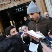Zlatan Ibrahimovic : Bain de foule et regard sévère au côté des stars du PSG
