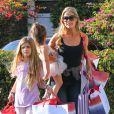 Denise Richards fait du shopping avec ses filles Sam et Lola à Santa Monica,n le 5 décembre 2013.