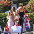 Denise Richards fait du shopping avec ses filles Sam et Lola à Santa Monica, le 5 décembre 2013.
