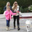 Denise Richards se balade avec ses filles Sam et Lola et une amie dans les rues de Beverly Hills, le 23 novembre 2013.