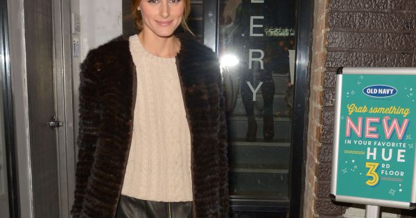 olivia palermo new york porte un pull old navy sous un manteau en fourrure une jupe en cuir. Black Bedroom Furniture Sets. Home Design Ideas
