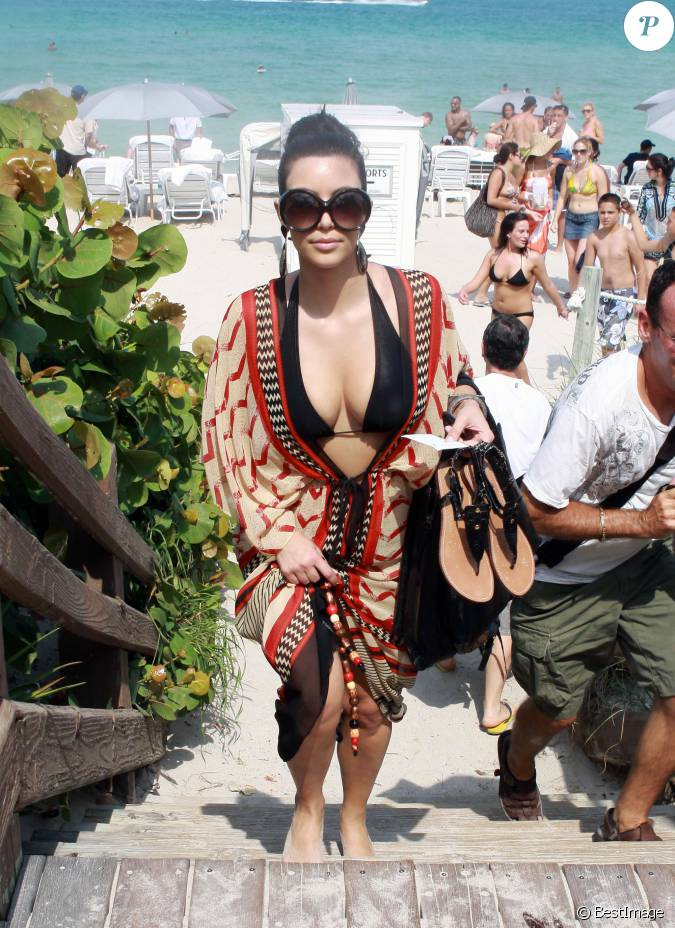 Kim kardashian prend un bain de soleil miami en 2010 for Salle de bain kim kardashian