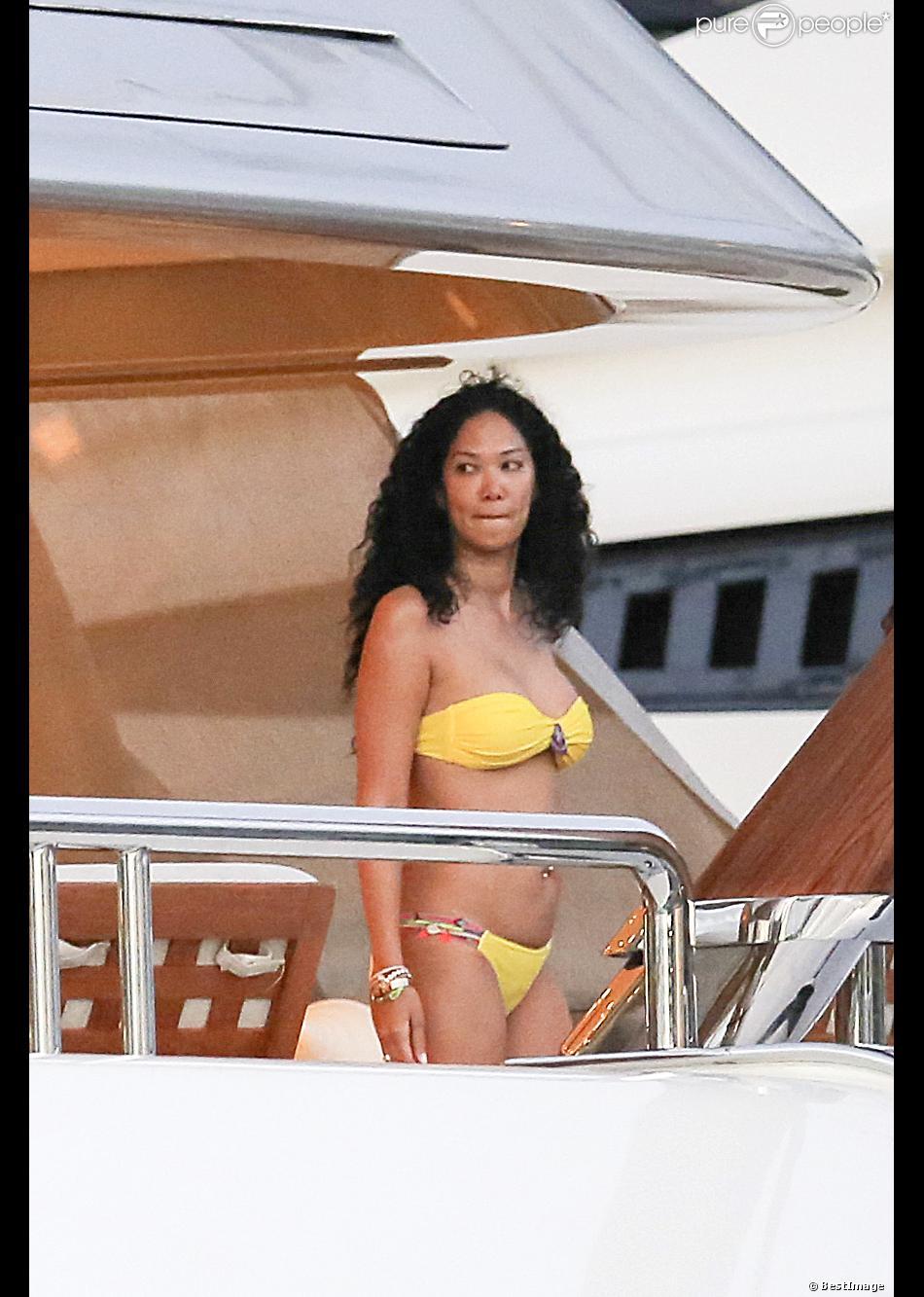 Exclusif - Kimora Lee Simmons, en bikini sur un yacht, profite de vacances à Saint-Barthélemy. Le 22 décembre 2013.