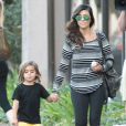 Exclusif - Kourtney Kardashian et son fils Mason se promènent dans les rues de Thousand Oaks pendant le tournage de leur émission. Le 1er octobre 2013