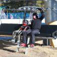Exclusif - Gavin Rossdale et son fils Kingston en télésiège dans la station de Mammoth, le 5 janvier 2014.