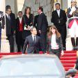 Carla Bruni et Nicolas Sarkozy, François Hollande et Valérie Trierweiler lors de la passation de pouvoir à l'Elysée, le 15 mai 2012.