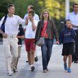 Cristina d'Espagne et son mari Iñaki Urdangarin en famille le 2 septembre 2013 à Genève, en Suisse, où elle s'est installée avec leurs quatre enfants fin août 2013. Le 7 janvier 2014, la fille cadette du roi Juan Carlos Ier a été mise en examen dans le scandale Noos.