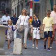 Cristina d'Espagne et son mari Iñaki Urdangarin en famille le 30 août 2013 à Genève, en Suisse, où elle s'est installée avec leurs quatre enfants fin août 2013. Le 7 janvier 2014, la fille cadette du roi Juan Carlos Ier a été mise en examen dans le scandale Noos.