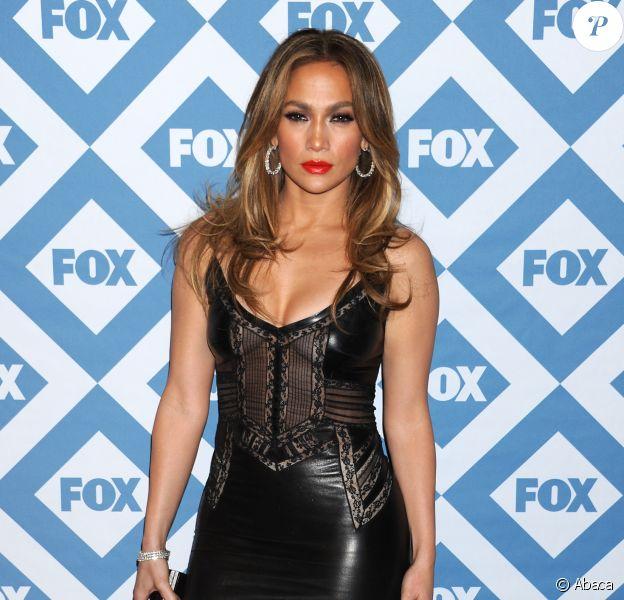 Jennifer Lopez, divine dans une robe en dentelle et cuir Ermanno Scervino, assiste à la soirée du Winter All-Star TCA Press Tour de la chaîne FOX à l'hôtel Langham Huntington. Pasadena, le 13 janvier 2014.