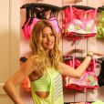 Doutzen Kroes, ultrasexy en débardeur fluo et legging gris pour dévoiler la collection printemps 2014 de VSX, la ligne de vêtements sportive de Victoria's Secret, au Lincoln Mall. Miami, le 14 janvier 2014.