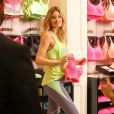 Doutzen Kroes assure sa mission d'Ange en dévoilant la collection printemps 2014 de VSX, la ligne de vêtements sportive de Victoria's Secret, au Lincoln Mall. Miami, le 14 janvier 2014.
