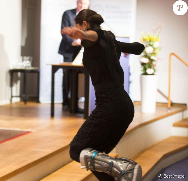 La reine du cloche-pied ! La princesse Victoria de Suède, blessée suite à un accident de ski, prenait part le 15 janvier 2014 à la remise du Prix Tobias décerné par la fondation du même nom, à l'Académie royale des sciences de Stockholm.