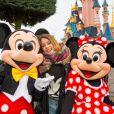 La comédienne et chanteuse Martina Stoessel, interprète du personnage de Violetta dans la série du même nom sur Disney Channel, rencontre Mickey et Minnie au parc Disneyland Paris, à Marne-la-Vallée, le jeudi 16 janvier 2014.