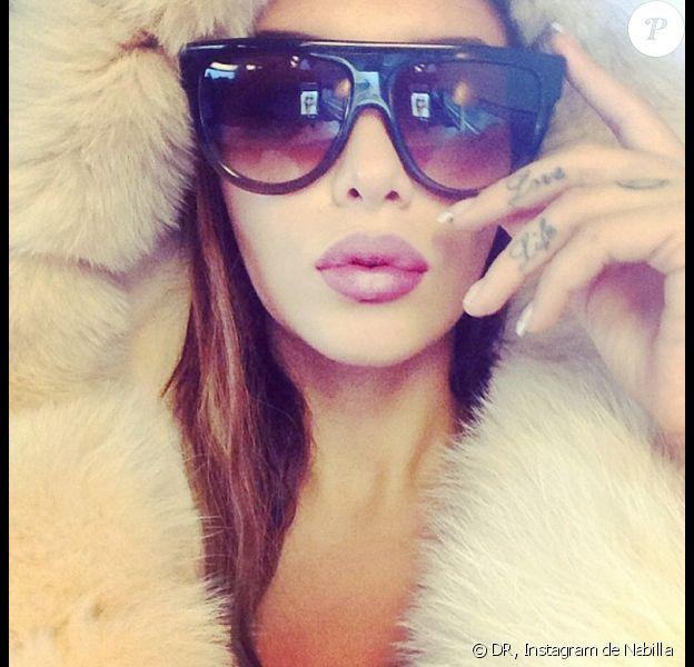 """Nabilla très sexy sur son compte Instagram, fière de ses nouvelles lunettes de soleil : """"#Céline"""""""