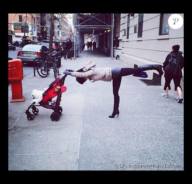 Hilaria Baldwin s'est mise au défi de se faire prendre en photo dans de drôles de positions dans les rues de New York.