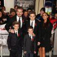 """Victoria Beckham en famille à la première du film """"The Class of 92"""" à Londres, le 1er décembre 2013."""