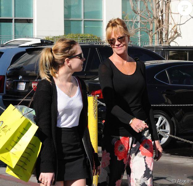 Melanie Griffith va faire du shopping avec sa fille Stella Banderas au Planet Blue de Beverly Hills, Los Angeles, le 20 janvier 2014.