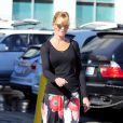 Melanie Griffith, florale et radieuse, va faire du shopping avec sa fille Stella Banderas au Planet Blue de Beverly Hills, Los Angeles, le 20 janvier 2014.
