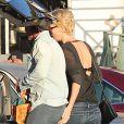 Charlize Theron, son fils Jackson et son compagnon Sean Penn, faisant les courses dans le supermarché Whole Foods à West Hollywood le 22 janvier 2014 : la main baladeuse de Charlize !