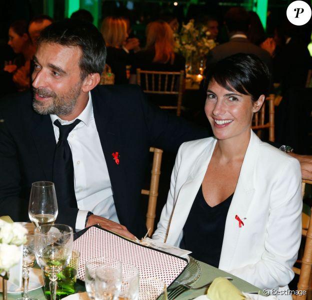 Alessandra Sublet (smoking et pochette Gérard Darel) et son mari Clément lors du Dîner de la mode pour le Sidaction au Pavillon d'Armenonville à Paris, le 23 janvier 2014.